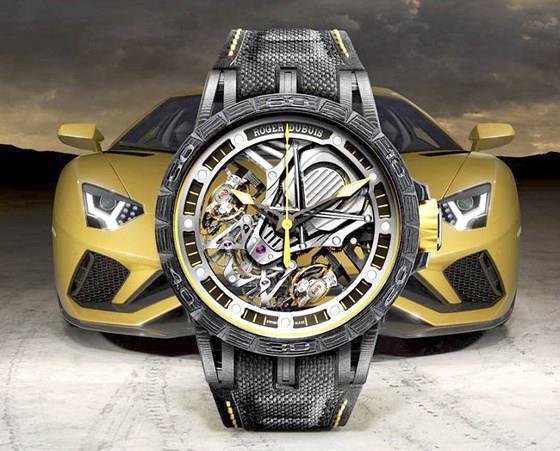 Đồng hồ in 3D Excalibur Aventador S Lamborghini Exclusive của Roger Dubuis, đồng hồ skeleton bằng carbon đa lớp in 3D, hợp tác phát triển với hãng siêu xe Lamborghini.