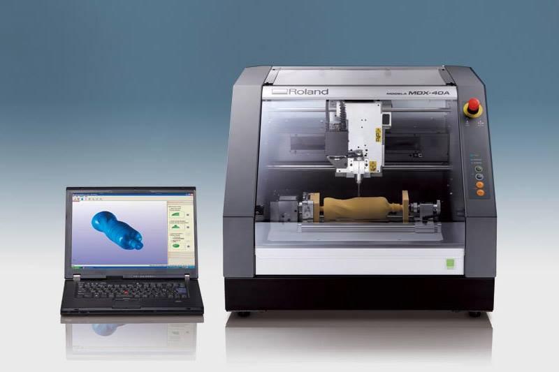 Máy phay CNC MDX-40A; hãng sản xuất: Roland; xuất xứ nhà máy: Nhật Bản; xuất xứ kinh doanh: Hoa Kỳ. Máy phay CNC MDX-40A có thể gia công phay CNC 4 trục.