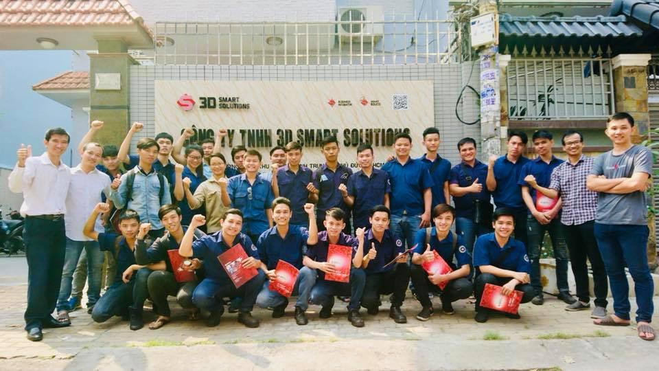 Đoàn sinh viên và giảng viên trường Trung cấp Nghề thành phố Hồ Chí Minh tham quan công ty.